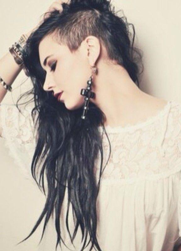 Выбритый висок у девушки с длинными волосами