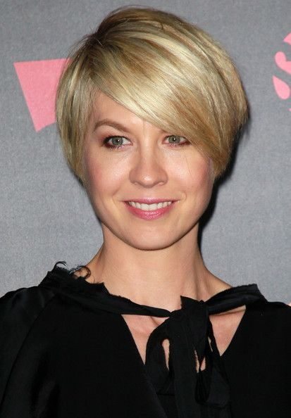 Jenna Elfman - Stunning look for a 40 plus woman Jenna Elfman with blended  blonde hair