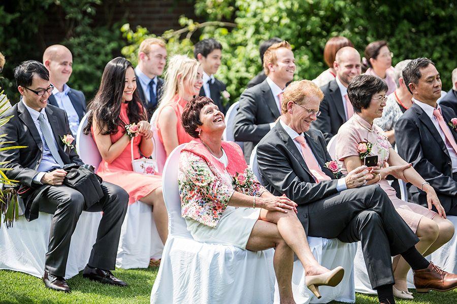 Gasten ceremonie bruiloft, buiten, tuin, thuis, bruidsfotografie, bruidsfotograaf | Dario Endara