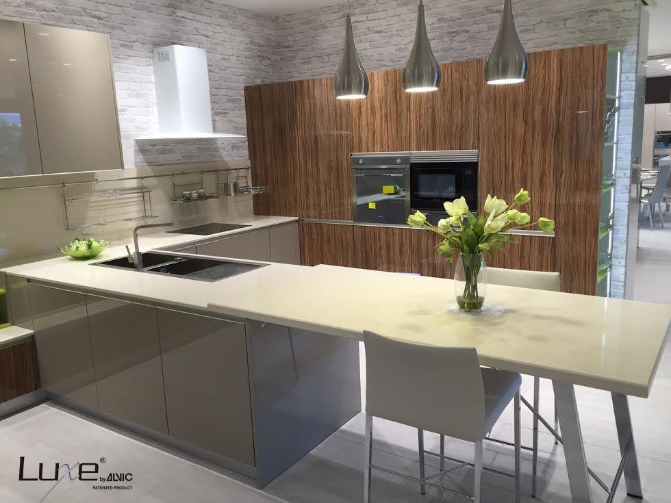 Proyecto de cocina luxe by alvic en alto brillo puertas for Proyectos de cocina easy