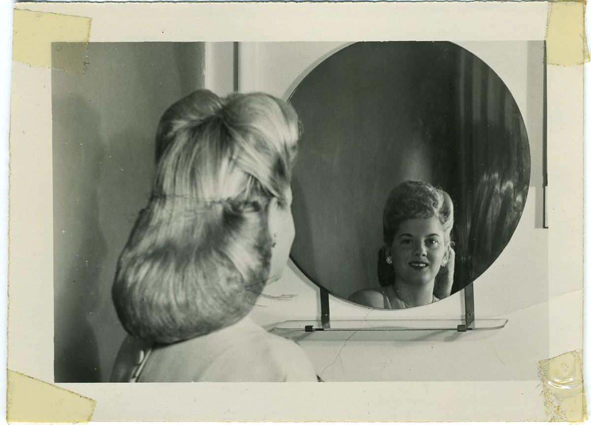 1950s fashions retro hairstyles and makeup for Looking mirror