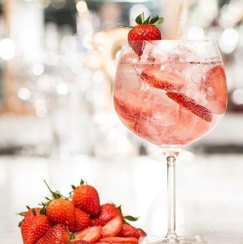 gin tonic mit erdbeeren und schwarzem pfeffer getr nke. Black Bedroom Furniture Sets. Home Design Ideas