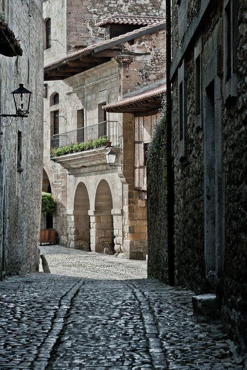 Calle en Santillana del Mar, Cantabria, España!