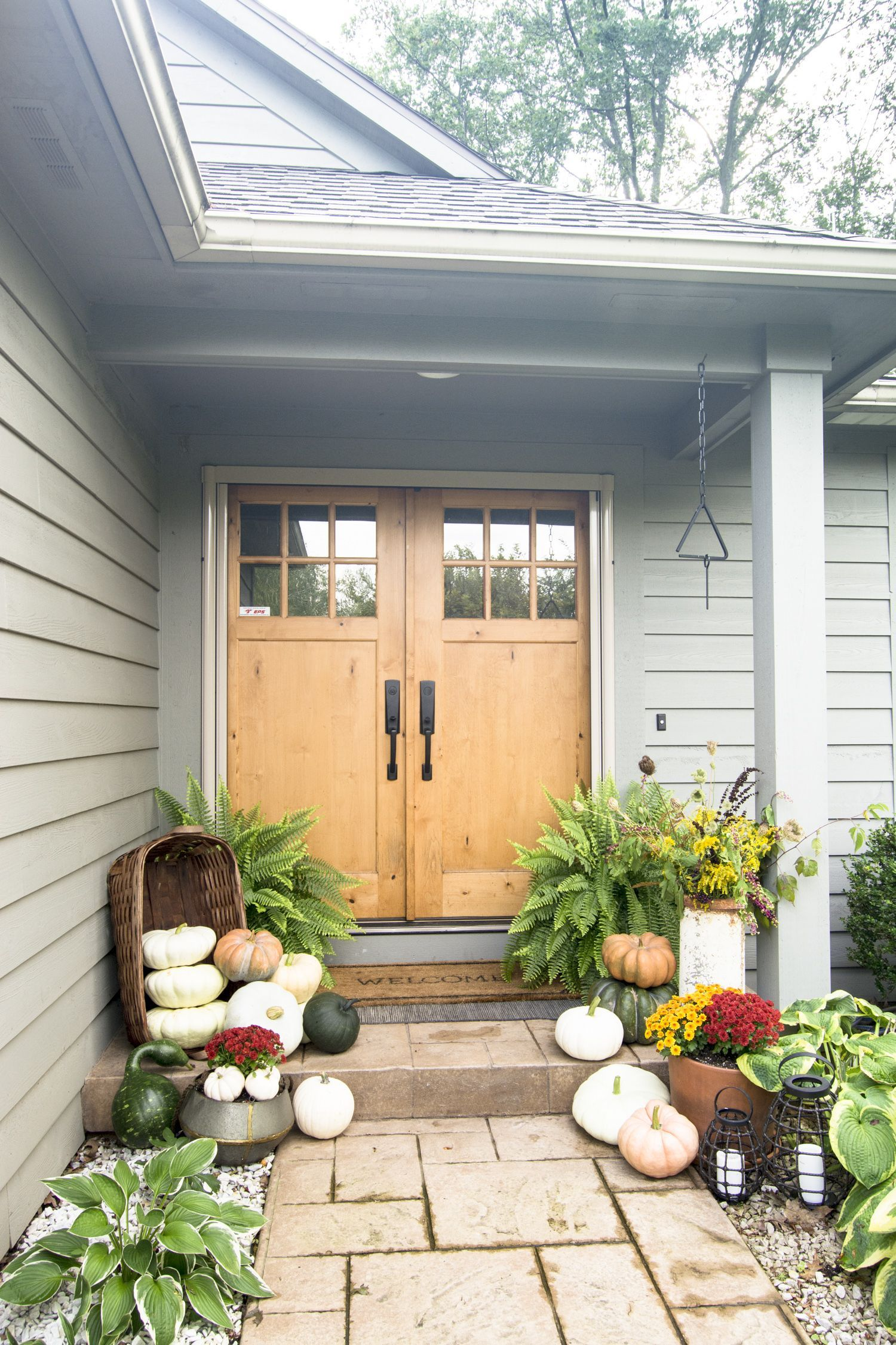 Seasonal front door decor is the simplest way to welcome guests to your home. Learn 3 tips for how to effortlessly style your front door decor for fall. #fromhousetohaven #frontdoor #falldecor #porchdecor