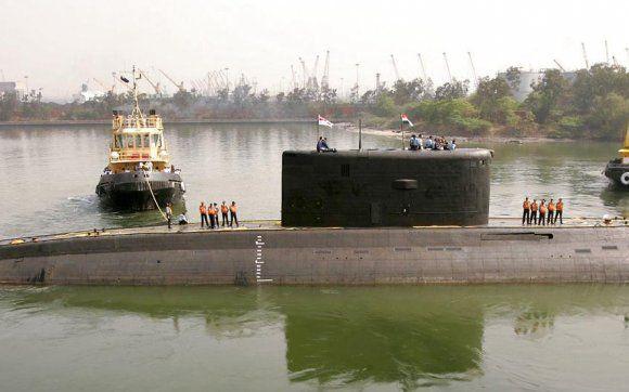 18 indiske sømænd fanget i ubåd efter eksplosion