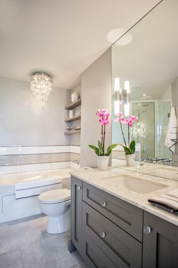 Badezimmereinrichtung Mit Einem Kronleuchter Aus Glas, Dekorative Blumen  Und Großem Spiegel   77 Badezimmer Ideen Für Jeden Geschmack