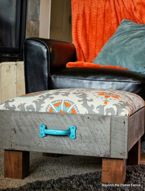 Info's : Upcycle a Drawer to make an ottoman. So Clever! Could use a drawer from a dresser from another up cycle project on Pinterest