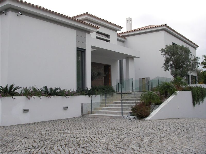 5 bed brand new contemporary villa facing the lake in Quinta...