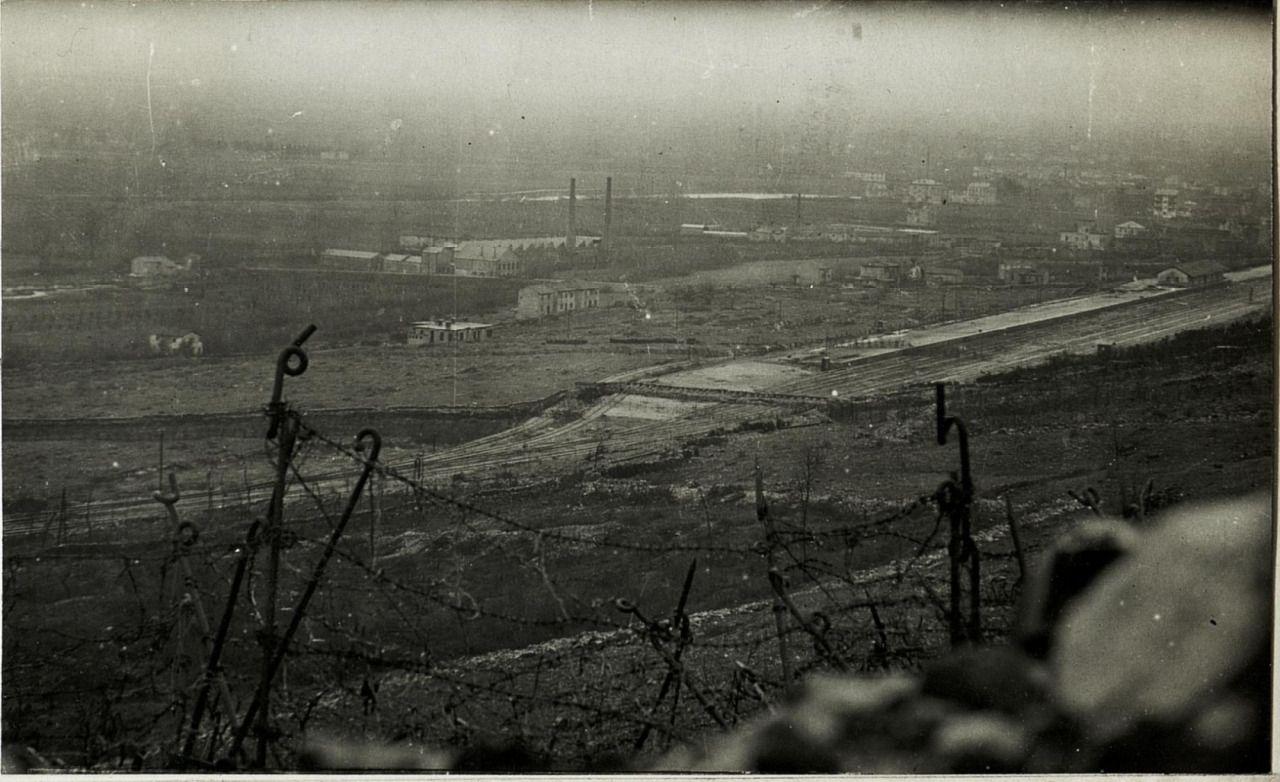 Bahnhof von Monfalcone mit Feindesstellungen von Kote 85, in der Schützenstellung 16.3.1916
