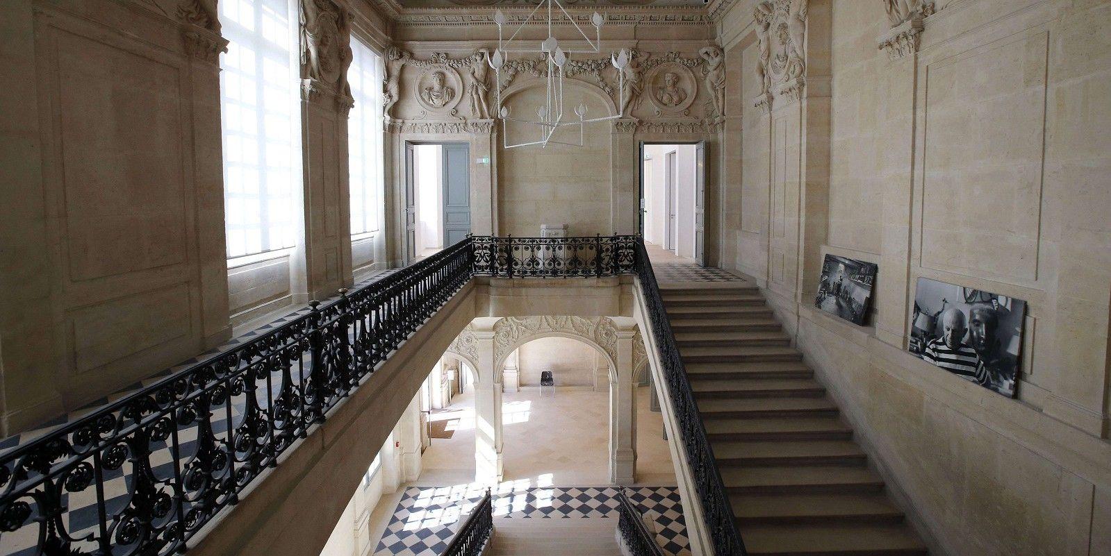 Hôtel Aubert de Fontenay dit Hôtel Salé (1659) 5, rue de Thorigny Paris 75003. Grand escalier.