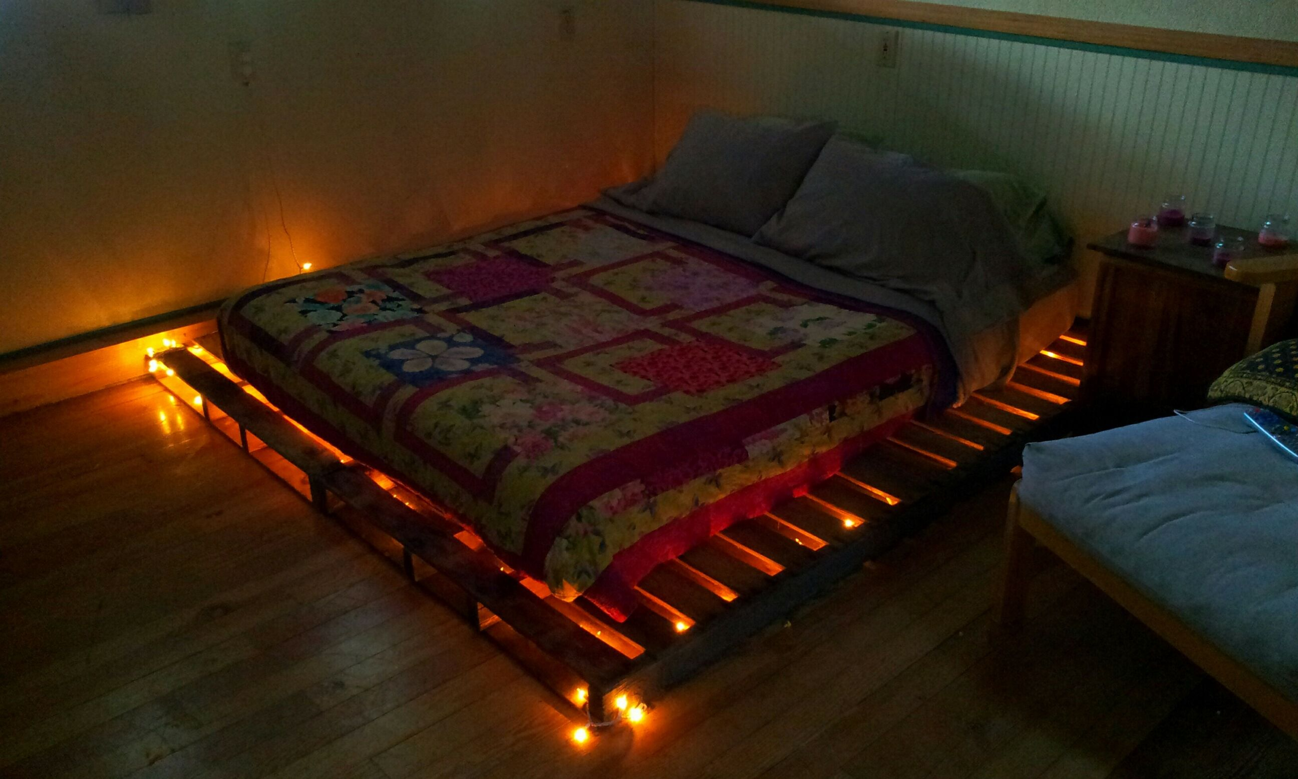 Pallet bed, with white Christmas lights. | PALLETS! ;) | Pinterest