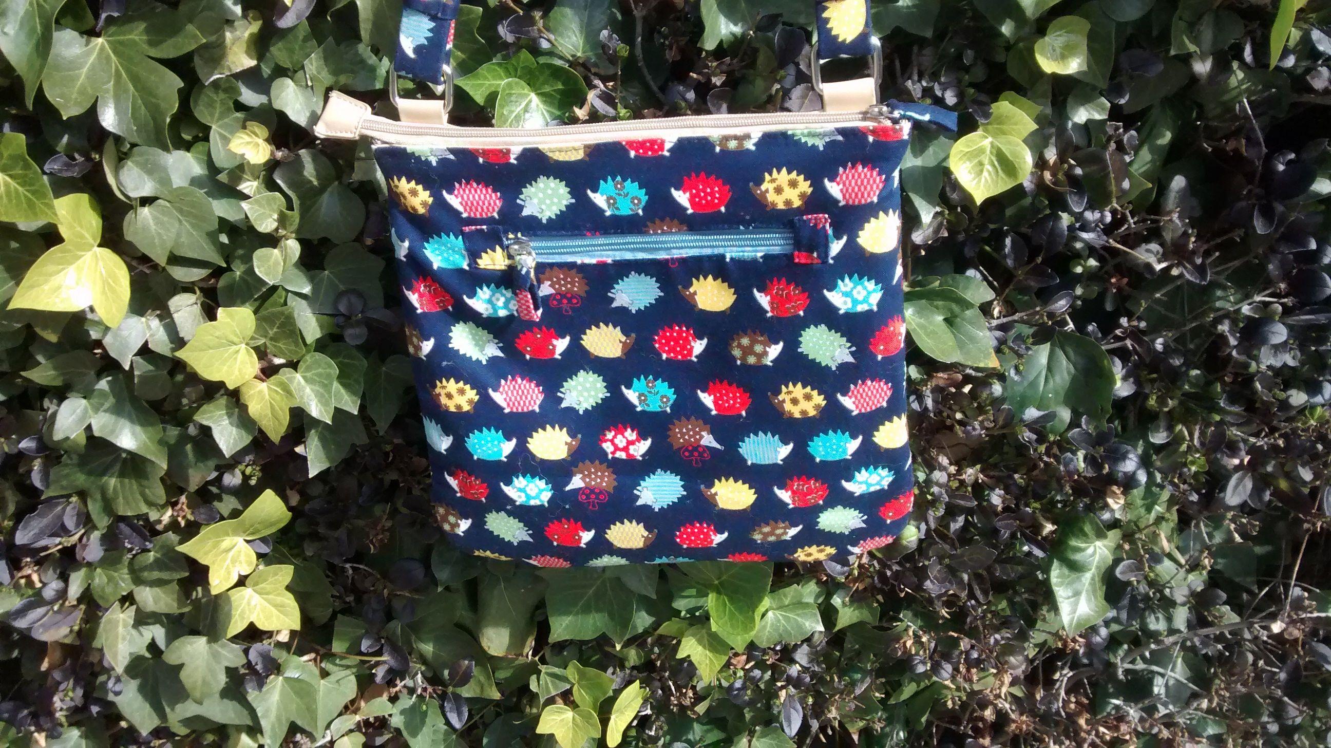 Renovar un bolso forrándolo con una tela bonita http://cosecosturera.blogspot.com.es/2015/02/forrar-un-bolso-con-una-tela-bonita.html