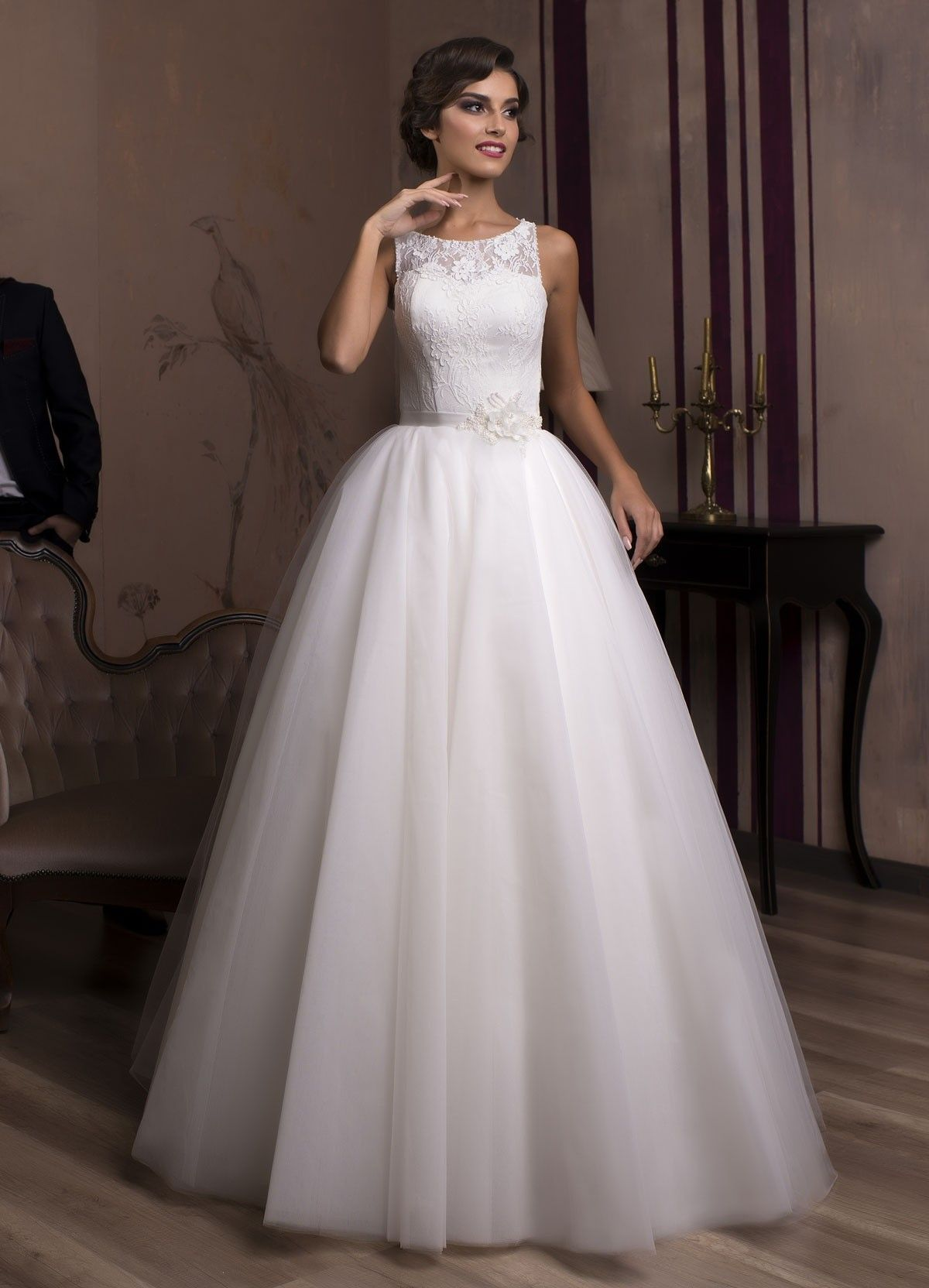 a43c5e1f1a9b Nádherné svadobné šaty so širokou sukňou a čipkovaným vrškom na šnúrovačku