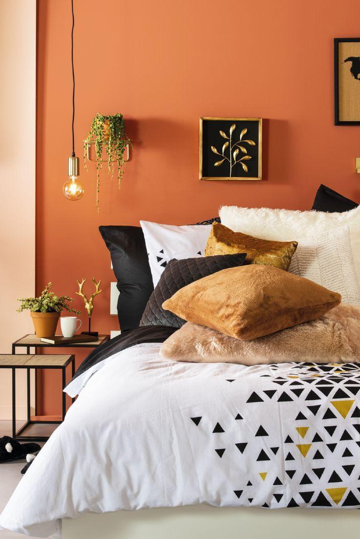Une chambre à coucher confortable et douillette   Interior design living room, Home, Living room ...