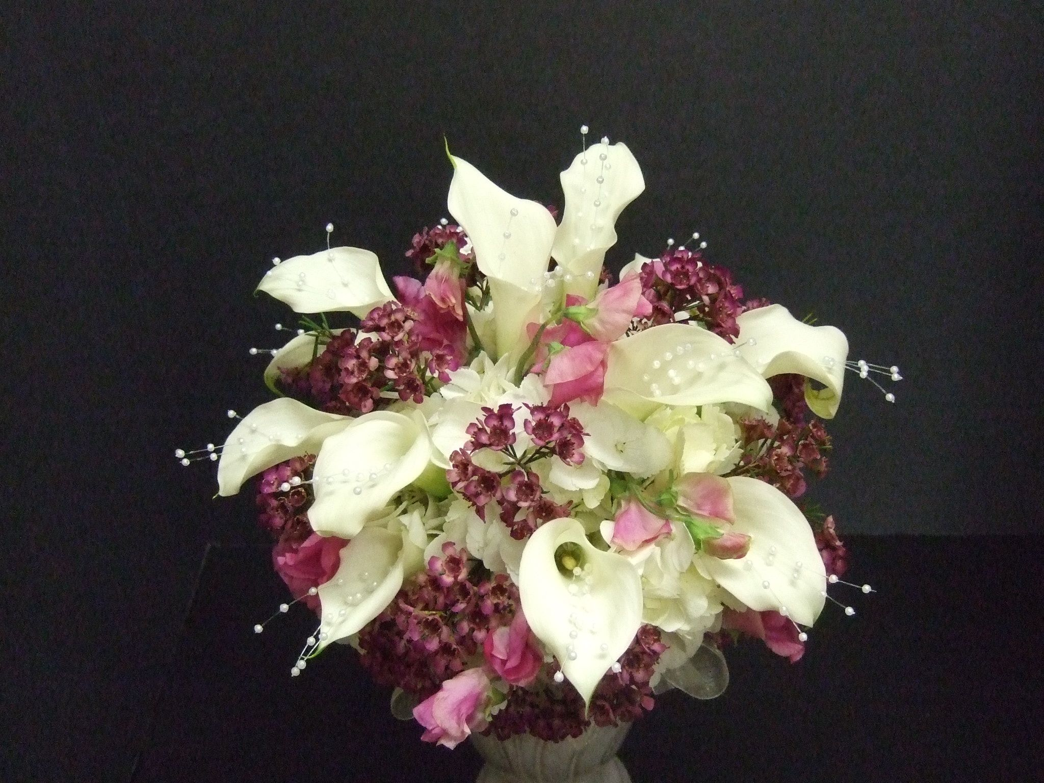 In this bride's bouquet, white calla lilies and hydrangea ...