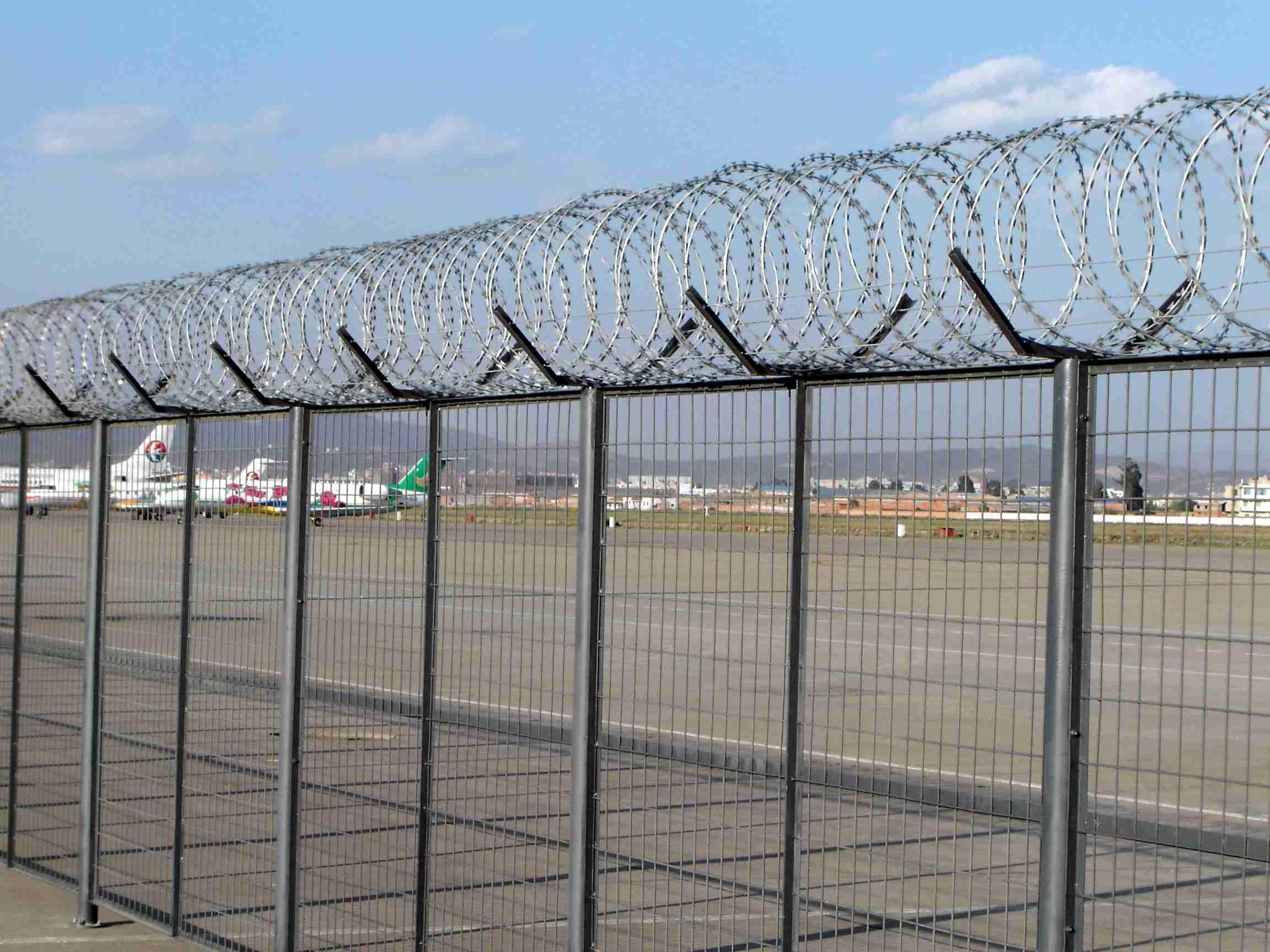 China Anti-Climbing Razor Barbed Wire Mesh Prison Fence ...