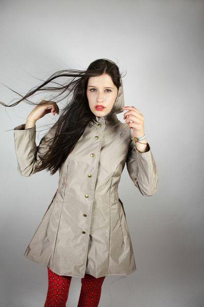 Inspiriert von den Reiterkostümen aus den Jahren 1880- 1885 und den heutigen Regenjacken entwickelten wir diesen Mantel mit schmaler Taille, tiefen...