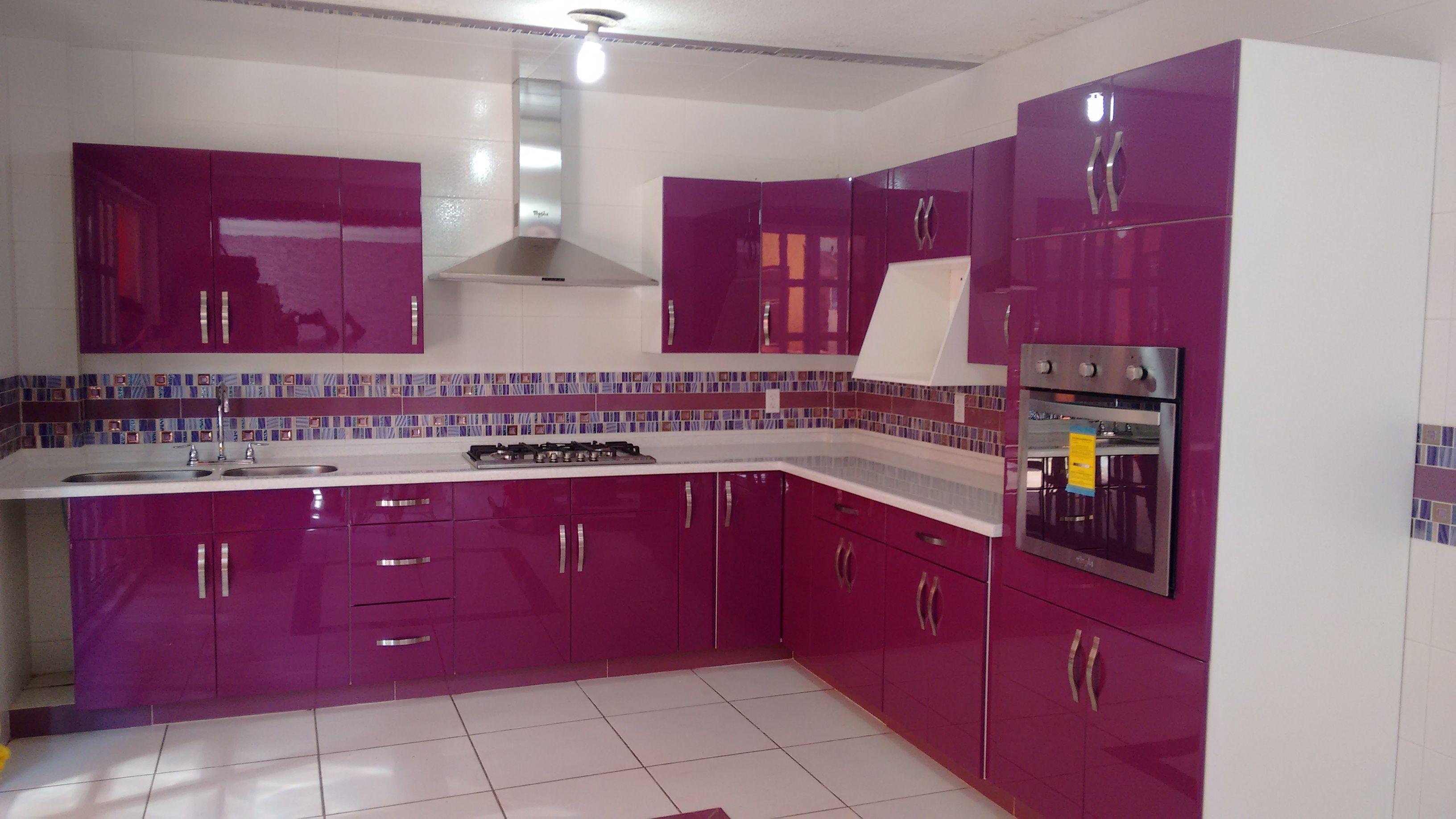 Cocina en escuadra color lila al alto brillo con cubierta - Cocina color lila ...