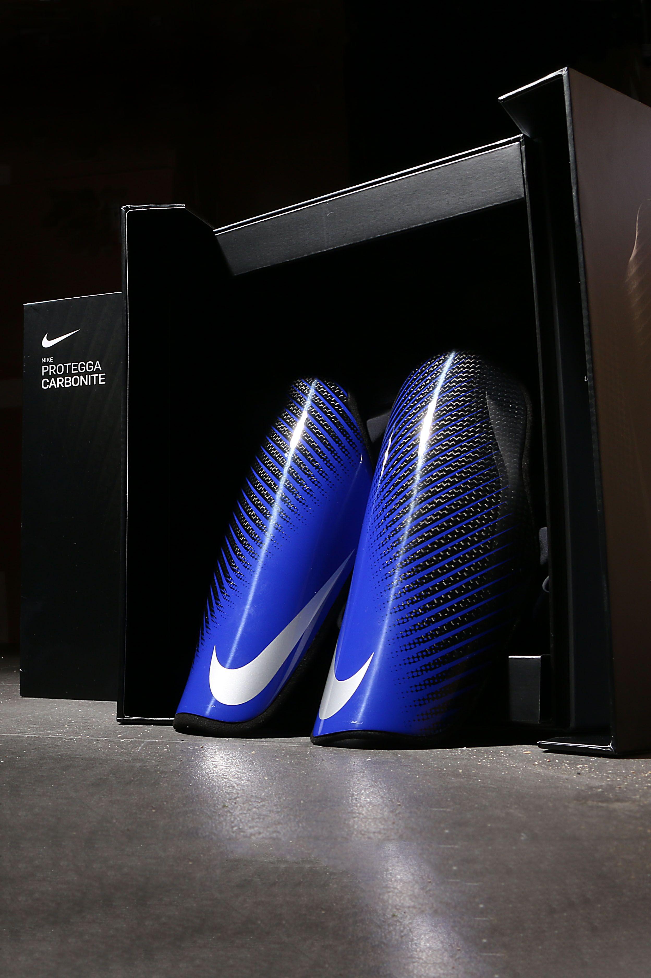bf7ab2e0e25 Espinilleras de fútbol de fibra de carbono Nike con mallas de sujeción -  azules y negras #nike #protegga #carbonite #espinilleras