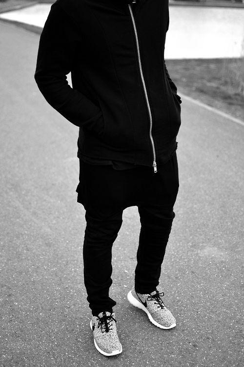 nike roshe all black mens outfits