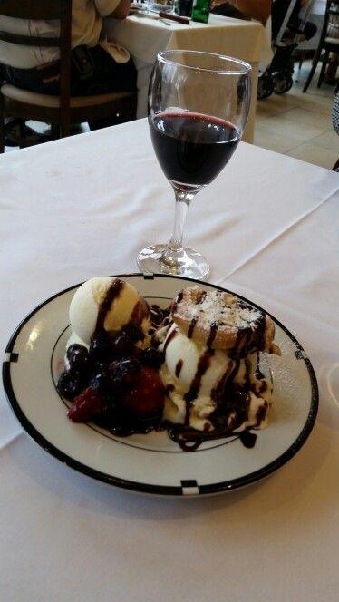Profiteroles con helado de vainilla