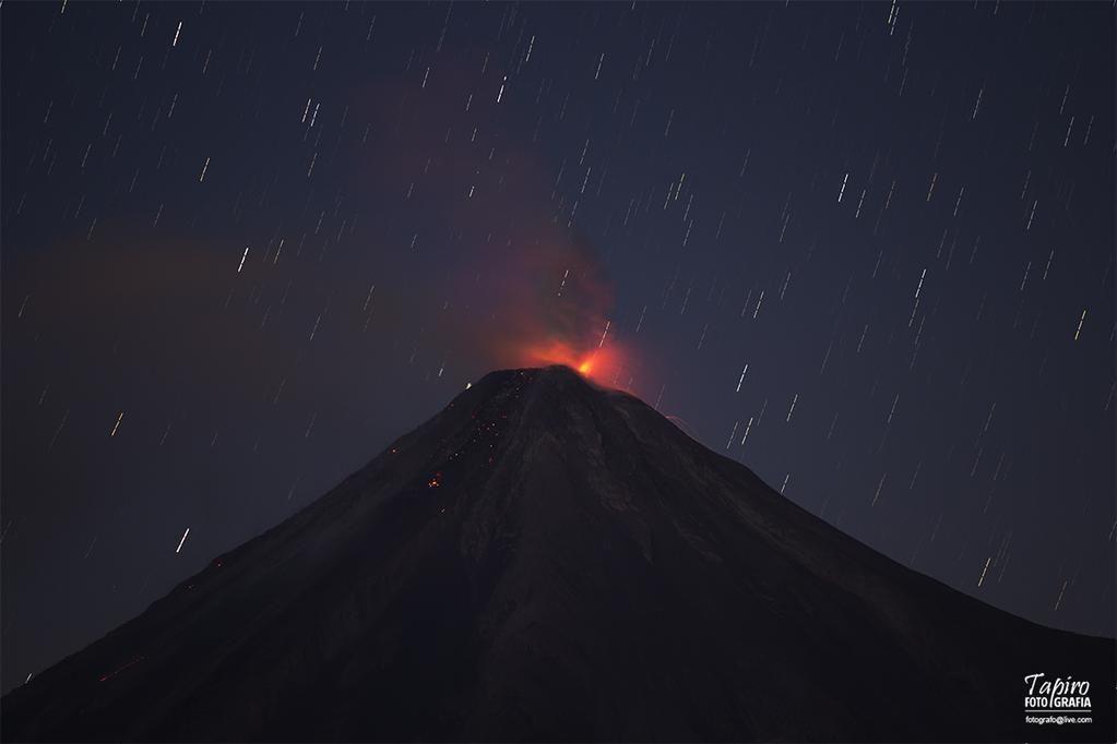 """""""@tapirofoto: En esta toma de hace unos minutos, una ligera explosión en el Volcán de Colima. 19:32 hrs."""