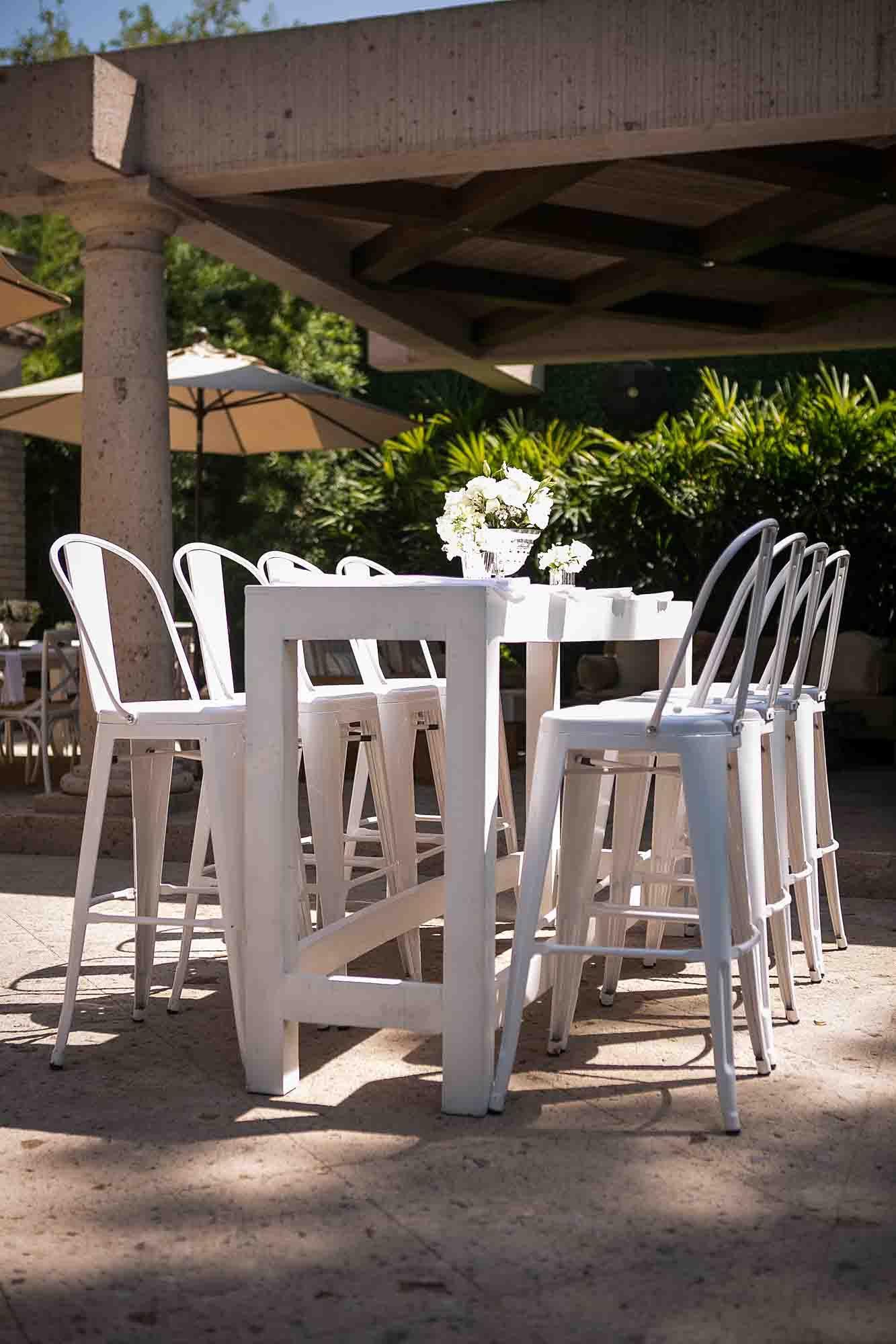 Bancos #tolix y mesa alta blanca de madera #rentademobiliario ...