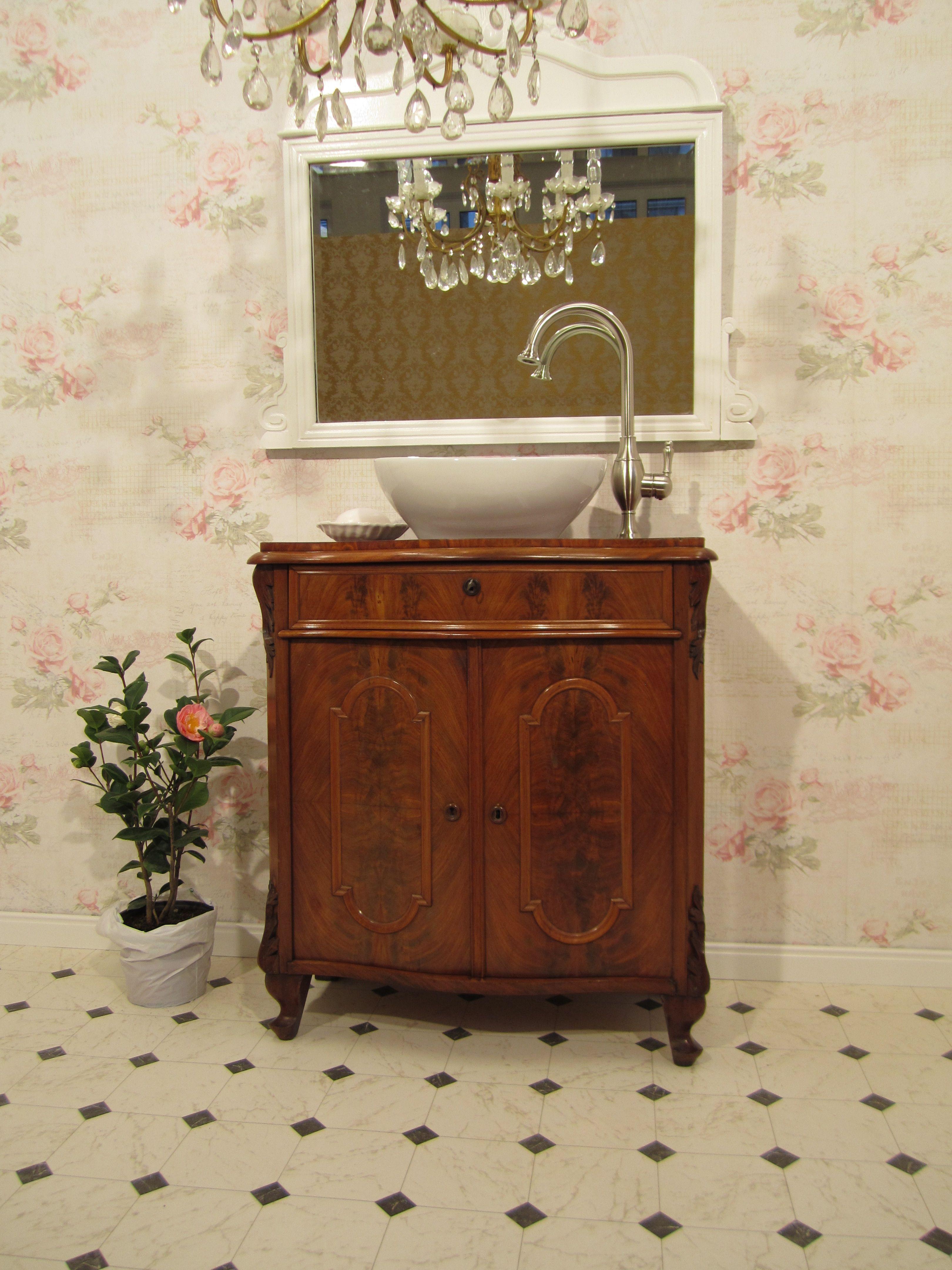 Badmobel Landhaus Mit Diesem Feinen Badmobel Antik Im Louis