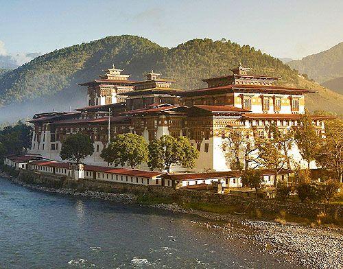 O Punakha Dzong ou Pungtang Dechen Photrang Dzong [o palácio de felicidade], Punakha, Butão.  - www.castlesandmanorhouses.com
