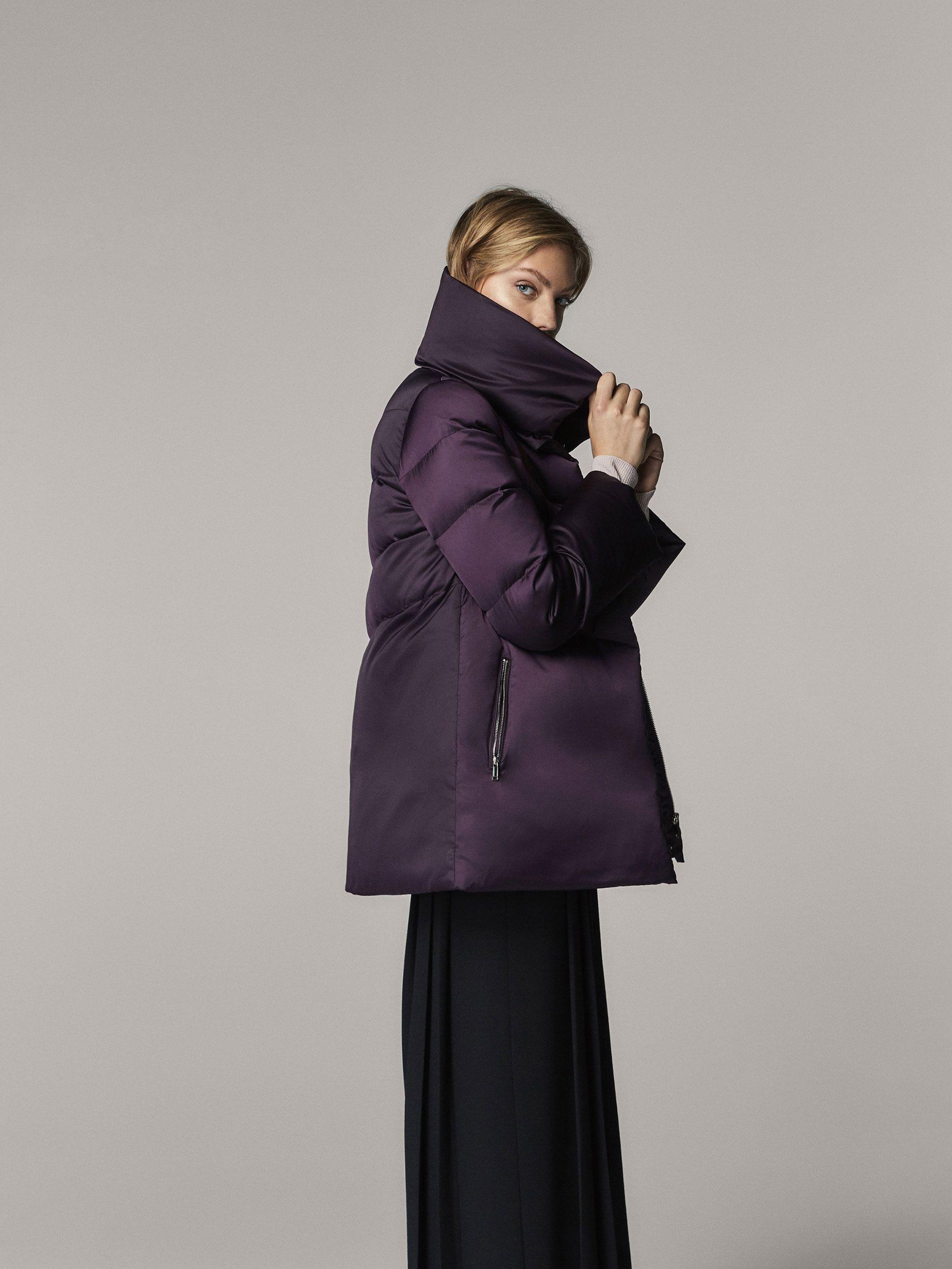 Куртка-пуховик с наполнителем из натуральных перьев. Прямой крой, высокий воротник и застежка на молнию, скрытую планкой с кнопками. Два боковых кармана на молнии, длинные рукава и подкладка. Длина спинки для размераM составляет 80см.