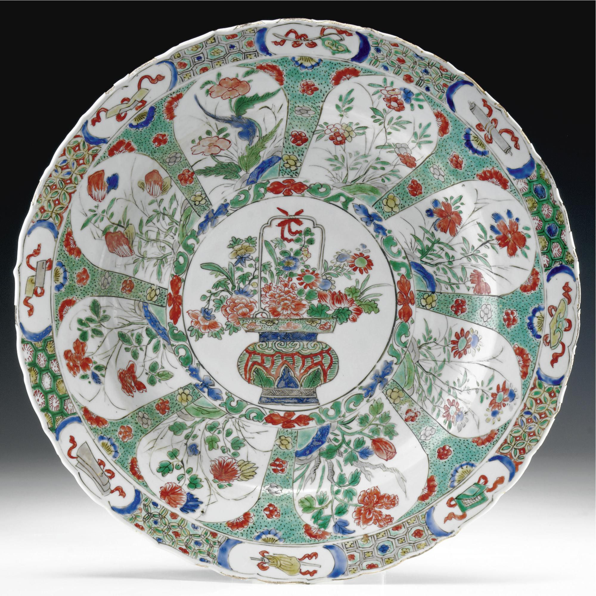 A CHINA PORCELAIN FAMILLE VERTE DISH, EARLY 18TH CENTURY
