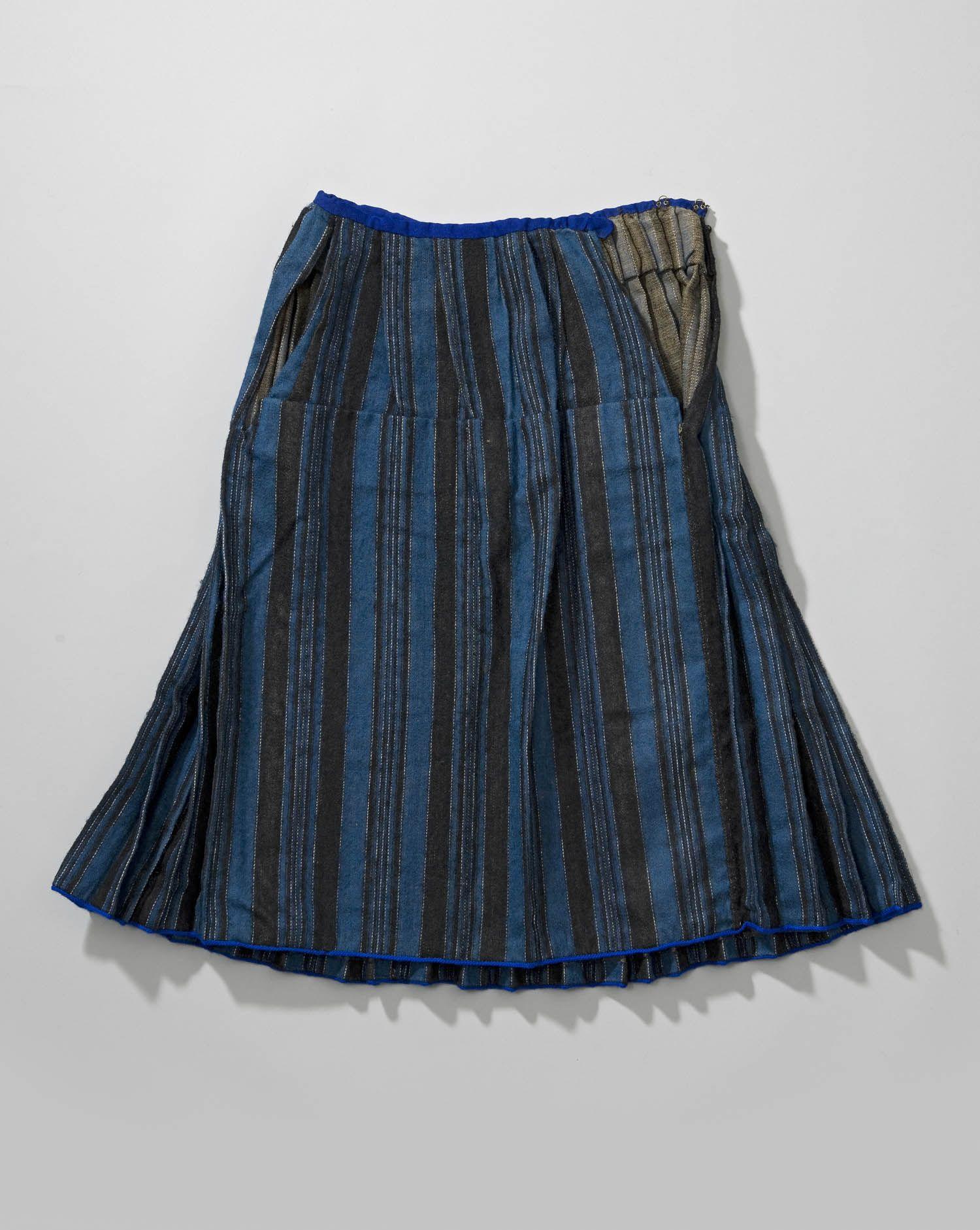 db5562cab83b24 Handgeweven bovenrok van blauw-zwart-wit gestreept vijfschaft. Deze rokken  werden door ongehuwde
