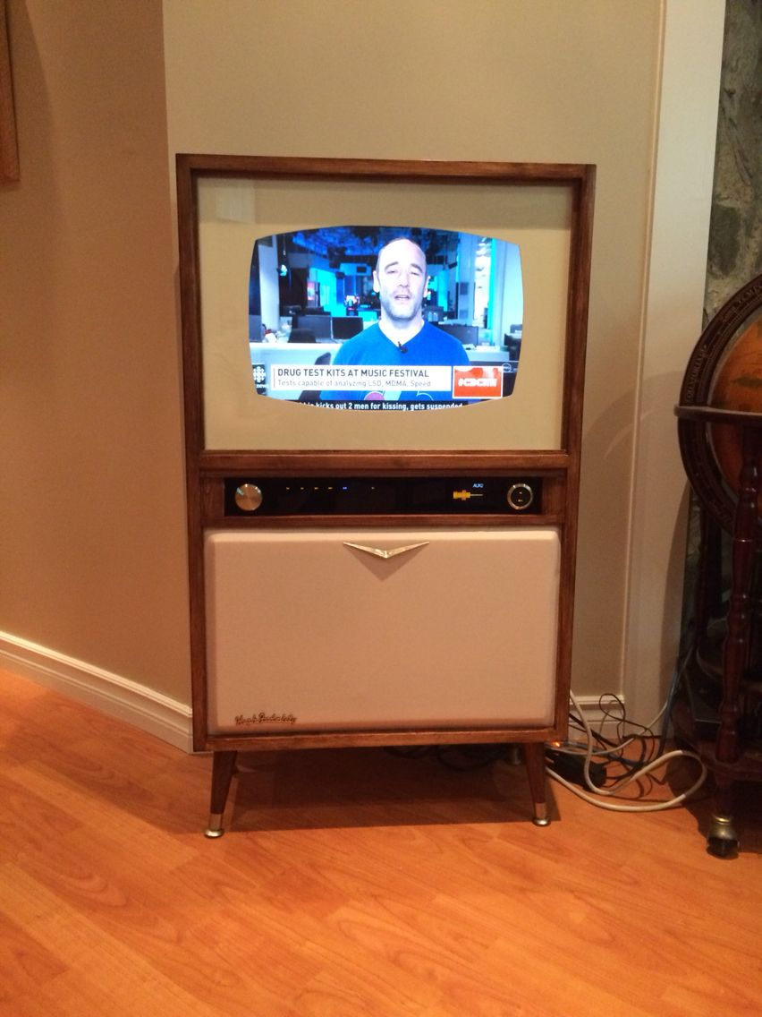 Homemade retro TV. Giving an old flat screen monitor a new life...