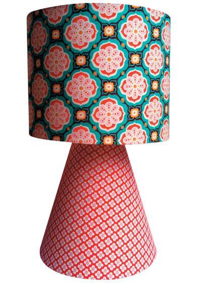 A mistura de estampas dá o toque exclusivo ao abajur coberto de tecido (55 cm de altura). Por 500 reais no ateliê Flavia Del Pra.