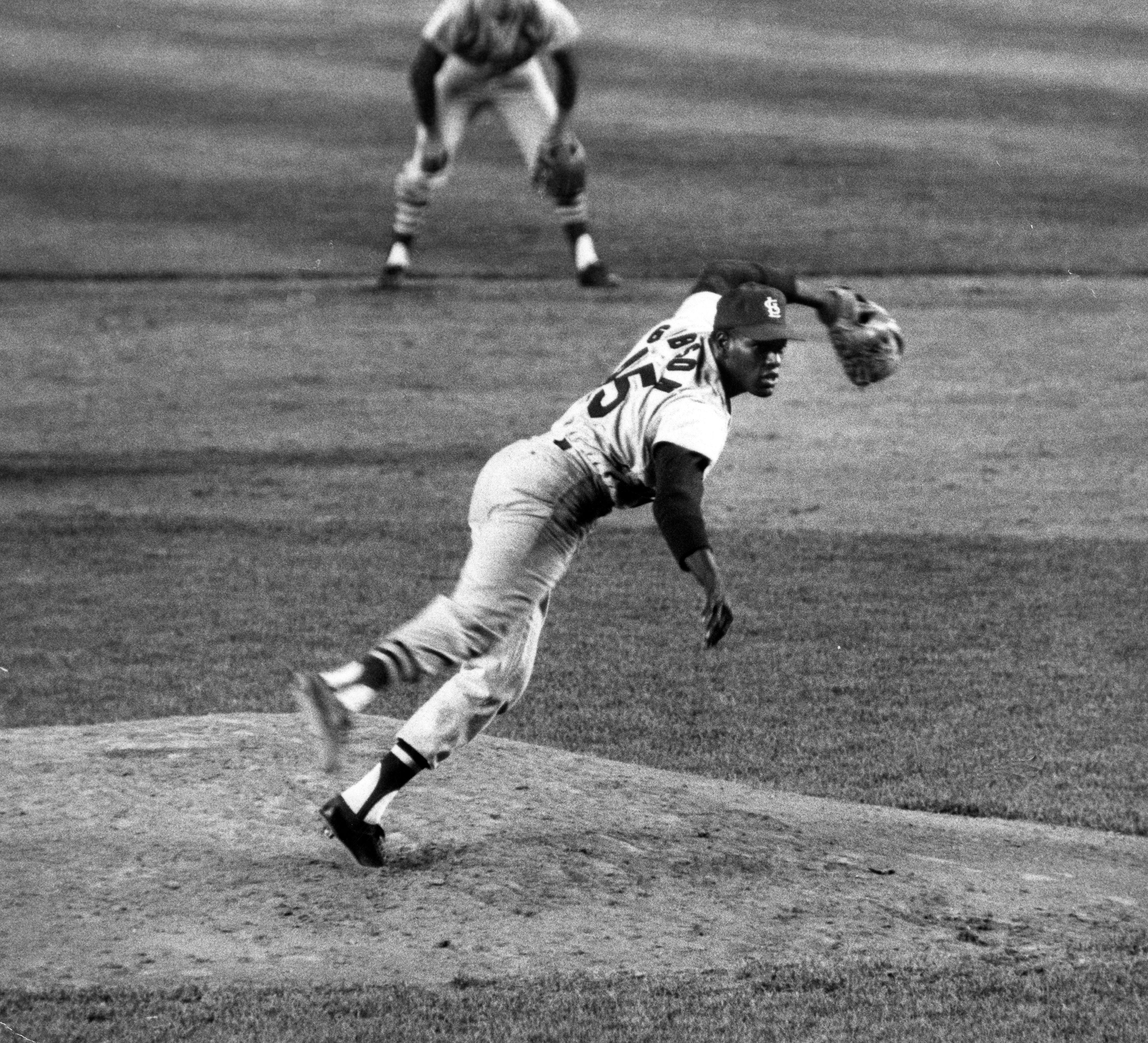 Photo of Bob Gibson wills Cardinals to Game 7 victory in 1964 World Series