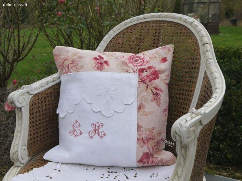 coussin tissu ancien Housse de coussin , tissu ancien et monogramme, fauteuil canné  coussin tissu ancien