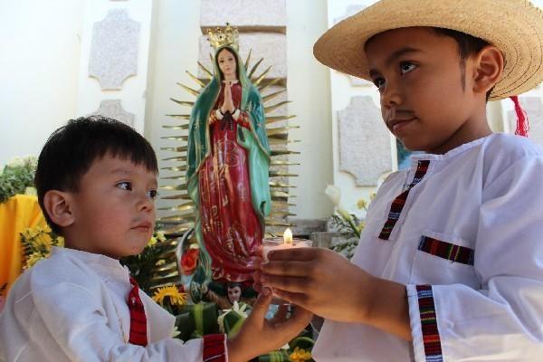 Cuilapa, Guatemala, niños vestidos de san Juan Diego en la fiesta de la Virgen de Guadalupe