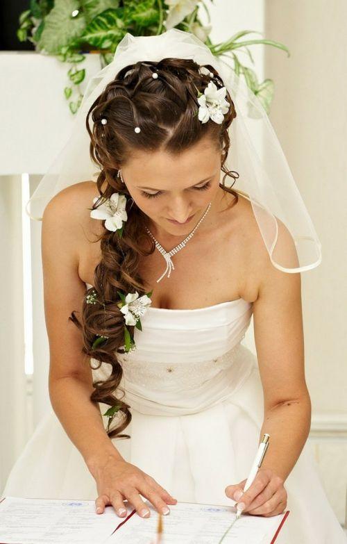Brautfrisuren Mit Blumen Zarte Weisse Bluten Dunkle Locken Wedding
