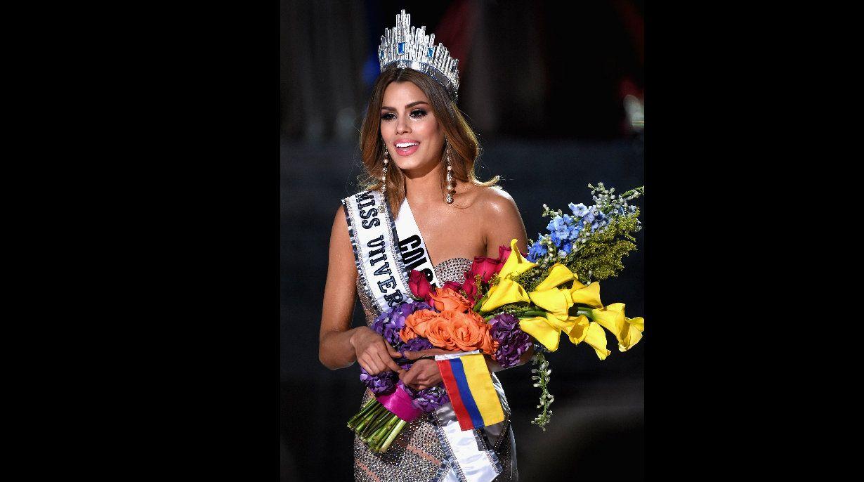 La reina de belleza recibe los aplausos del público.