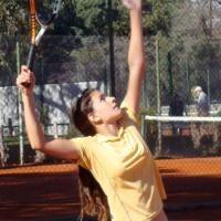 Hacer deporte durante el verano exige ciertas precauciones para evitar  riesgos absurdos y peligrosos. Un jugador de tenis puede sufrir los efectos  del sol ... 922da63f28ea9