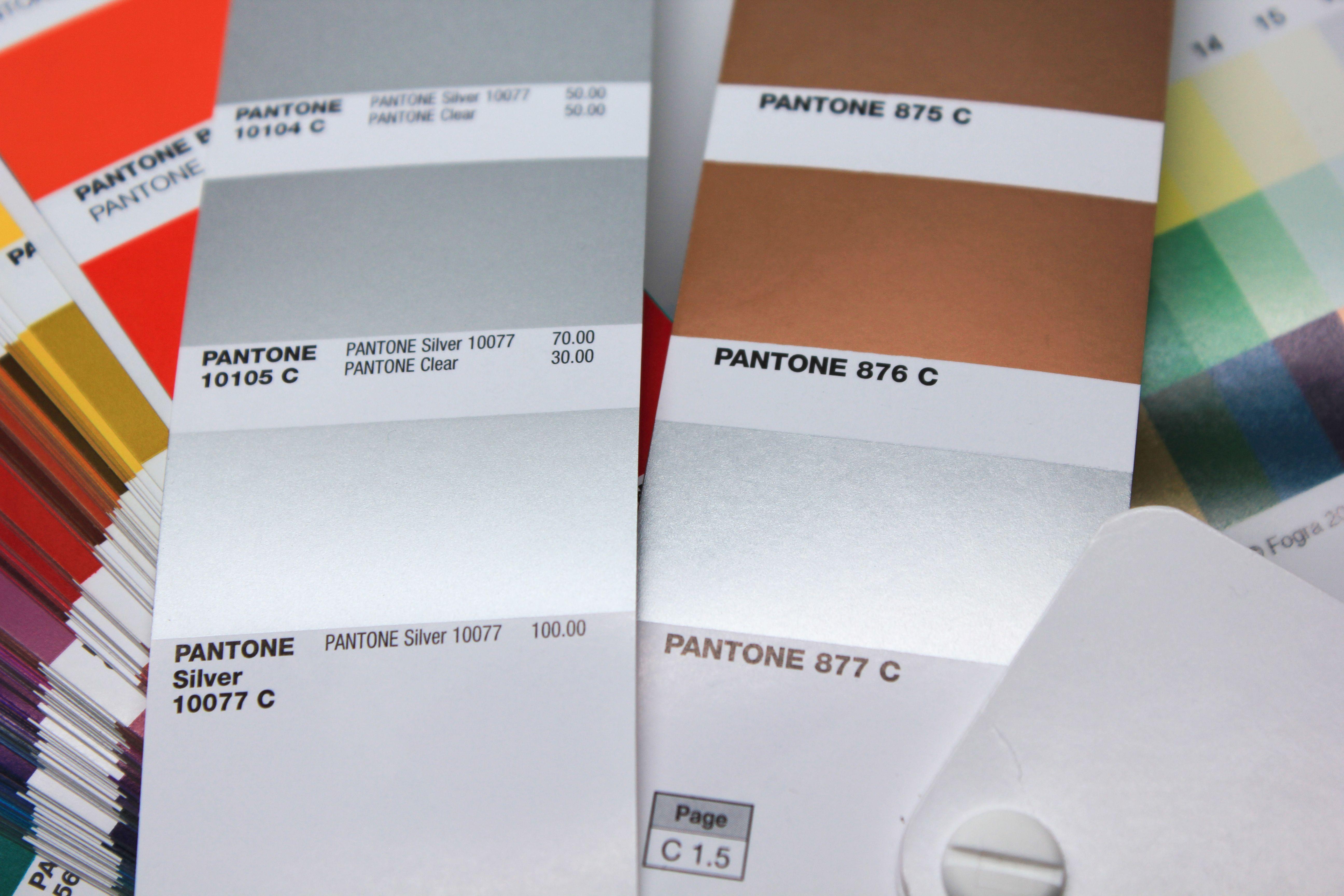 Pantone 877 und Pantone Silver 10077 C im Vergleich: Bild 2