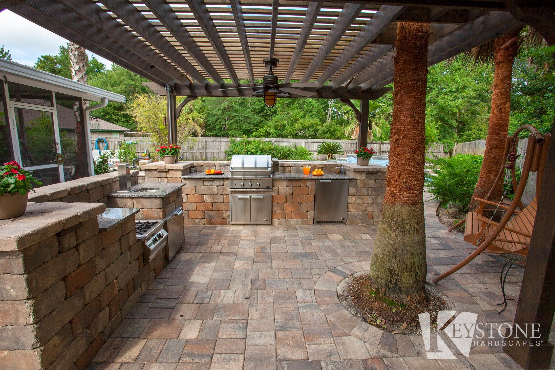 Tropical Outdoor Kitchen Using Stonegate Country Manor Looks Like A Place Anyone Would Love To Vacation At Keyston Outdoor Kitchen Backyard Fun Wall Systems