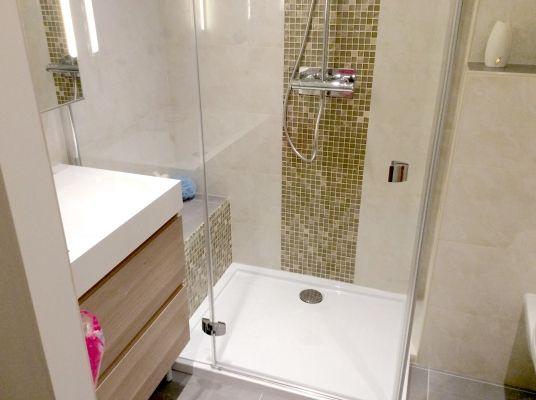 Rénovation et agencement d\u0027une petite salle de bain avec douche à l