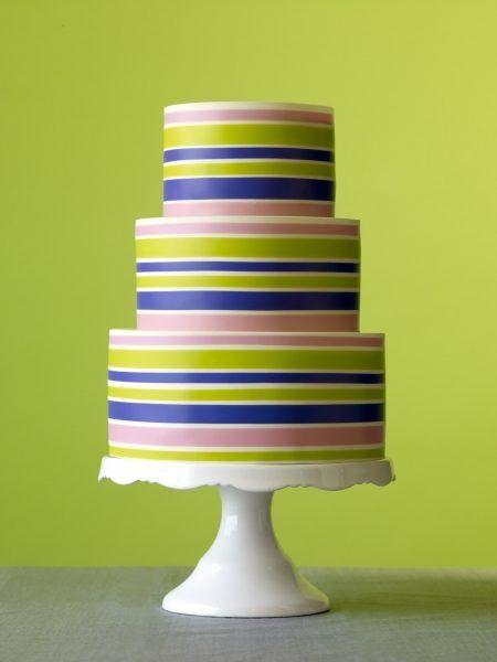 Tort de nunta cu dungi colorate.