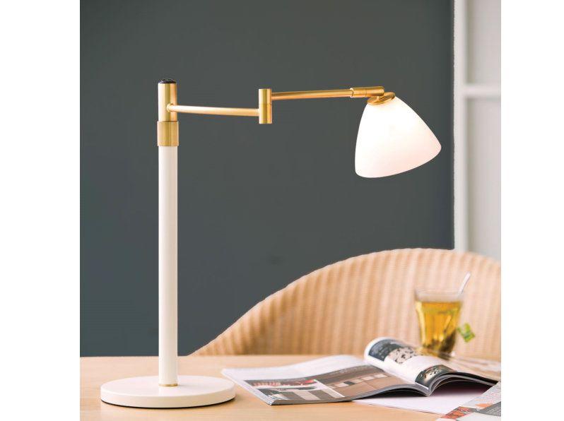 De hoogte van de New Swing Dove kan eenvoudig worden aangepast. Door de schakelaar op de bovenkant, en een zwenkarm is deze lamp een ideale bureaulamp.