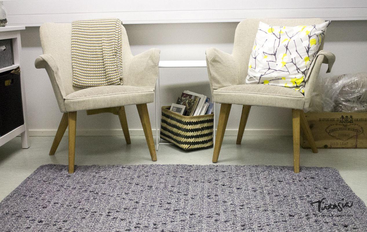 Lankavan ohjeella suorakaiteen mallinen salmiakkiruutumatto toimiston lattialle #virtasia #virkkaus #matto #toimistolla