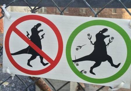 Oder so. Aber gegen Waffen. Für Blumen. Und T-Rex (via Gruetze)