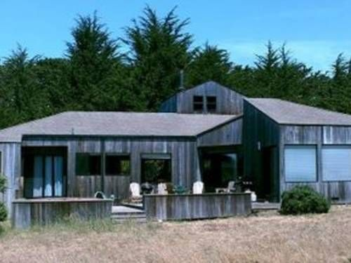 Urban Escape Home The Sea Ranch (California) Located in Sea Ranch, this holiday home is 2.9 km from Gualala. The property features views of the sea and is 47 km from Jenner. Free private parking is available on site.  The kitchen is equipped with an oven and there is a private bathroom.