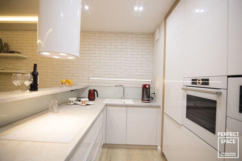 Wnetrze Otwartej Kuchni Badz Aneksu Kuchennego Biale Fronty Szafek Kuchennych Na Wysoki Polysk Z Bezowym Matowym Blatem Bard Home Home Decor Kitchen Cabinets