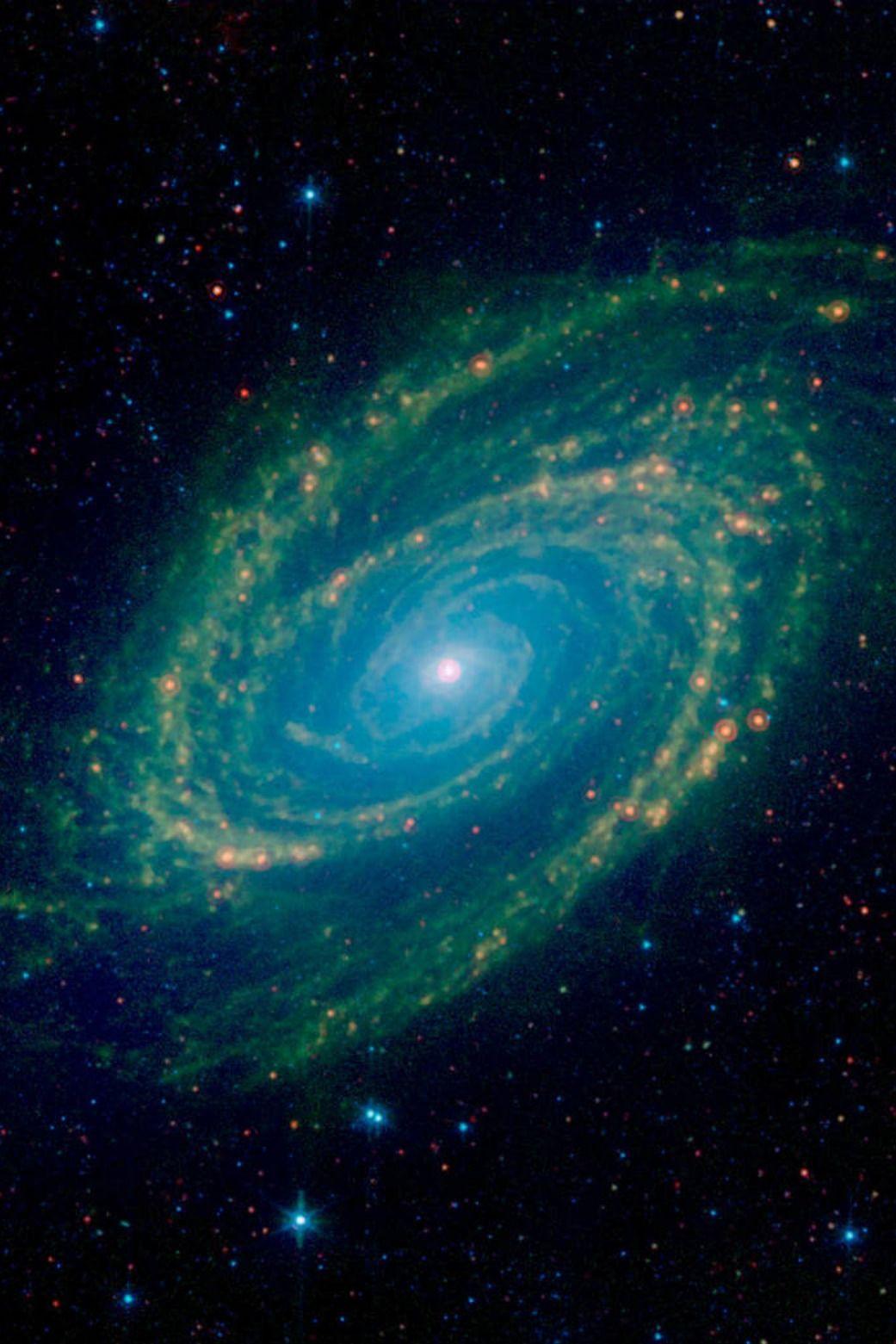 Une Vue Infrarouge De La Galaxie M81 Situee Dans La Constellation Nord De La Grande Ourse Qui Comprend Egalement La Grande Our Constellations Galaxy Galaxies